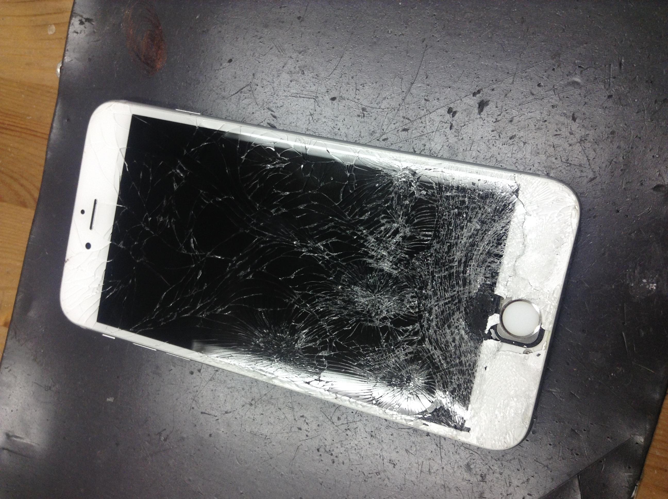 修理前:バキバキになってしまったiPhone6sの画面交換修理をしました♪