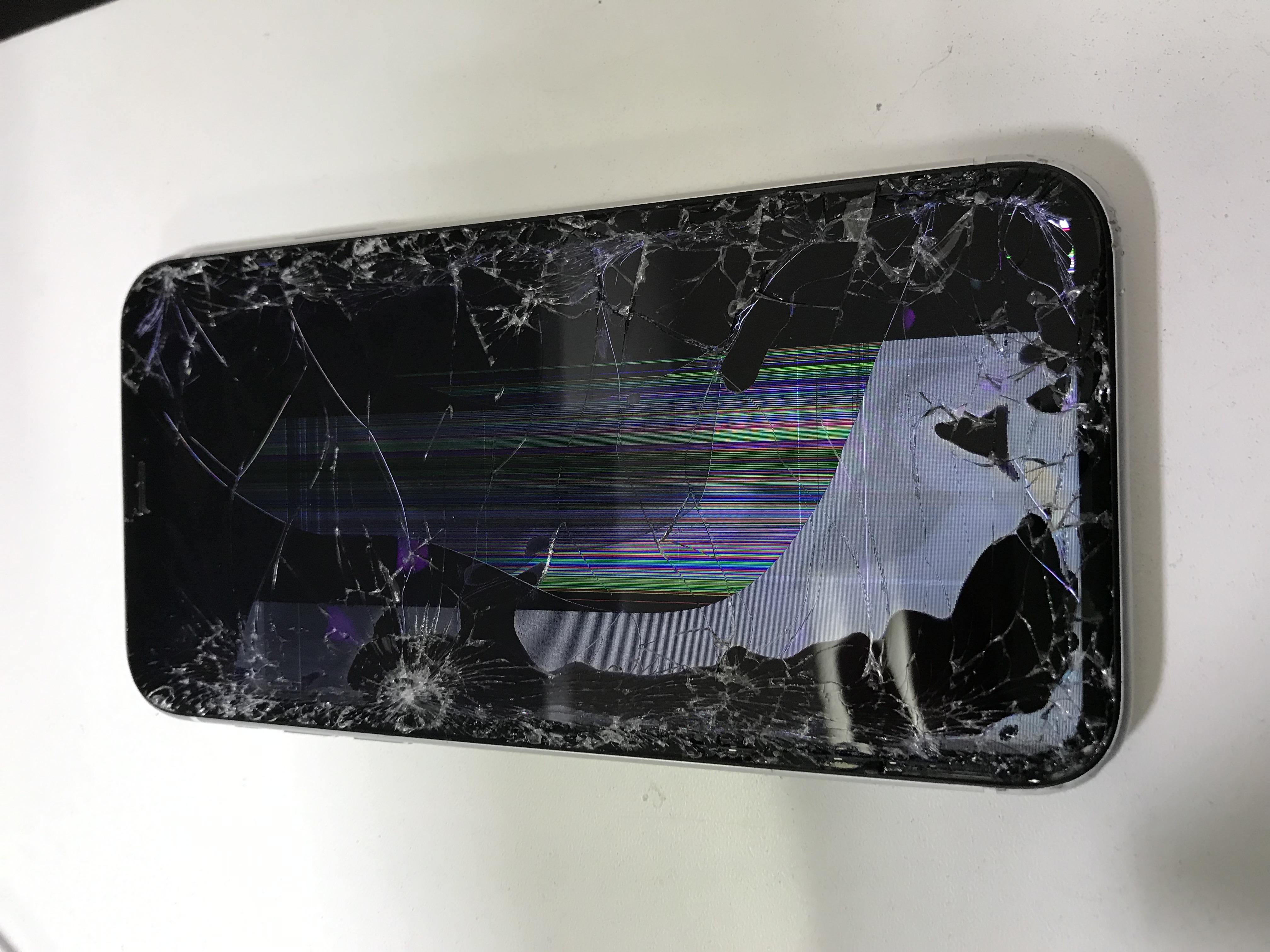 修理前:画面が割れている、映らない!そんなiPhoneXRも修理対応しています!