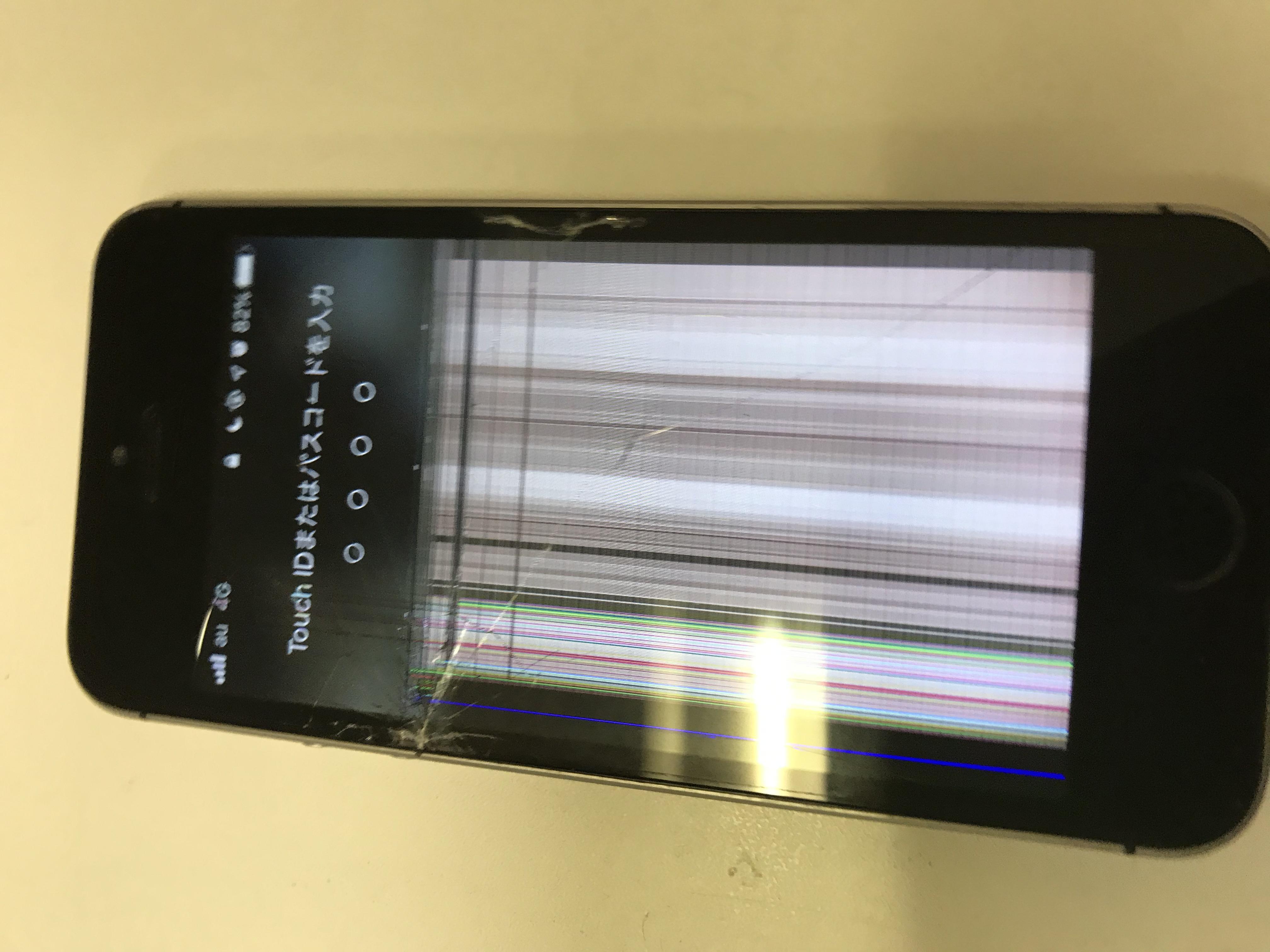 修理前:画面が映らなくなったiPhoneSEも画面交換修理をすると・・・!!
